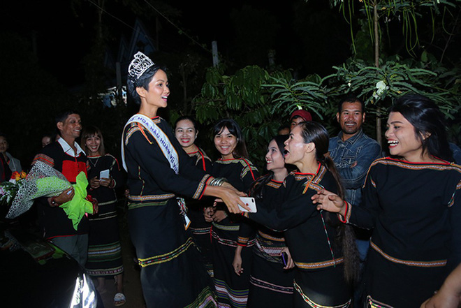 Phản ứng của H'Hen Niê khi buôn làng muốn làm cổng chào và con đường mang tên cô - Ảnh 2.