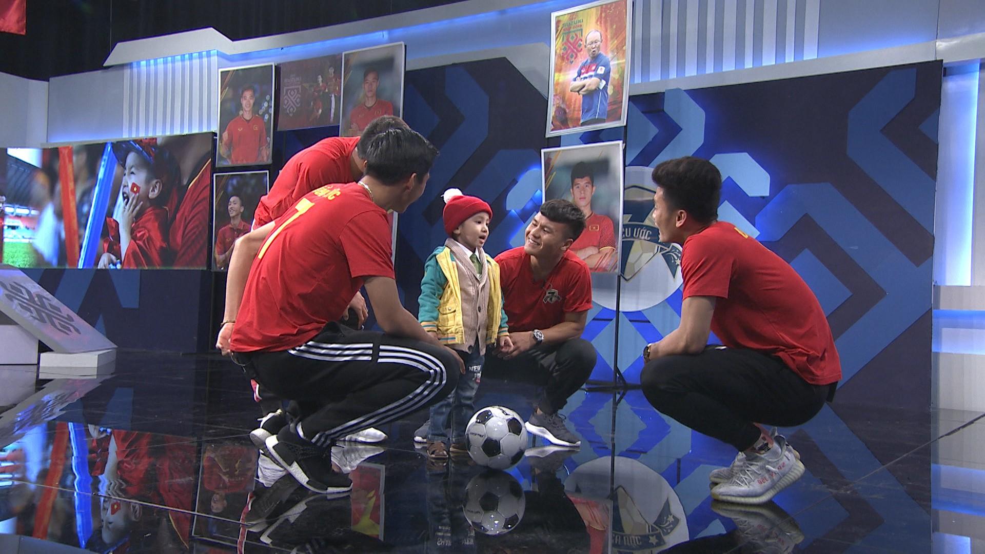 Quang Hải, Đức Chinh bật khóc trong cuộc gặp gỡ xúc động với cậu bé 4 tuổi bị ung thư não trước trận chung kết AFF Cup 2018 - Ảnh 9.