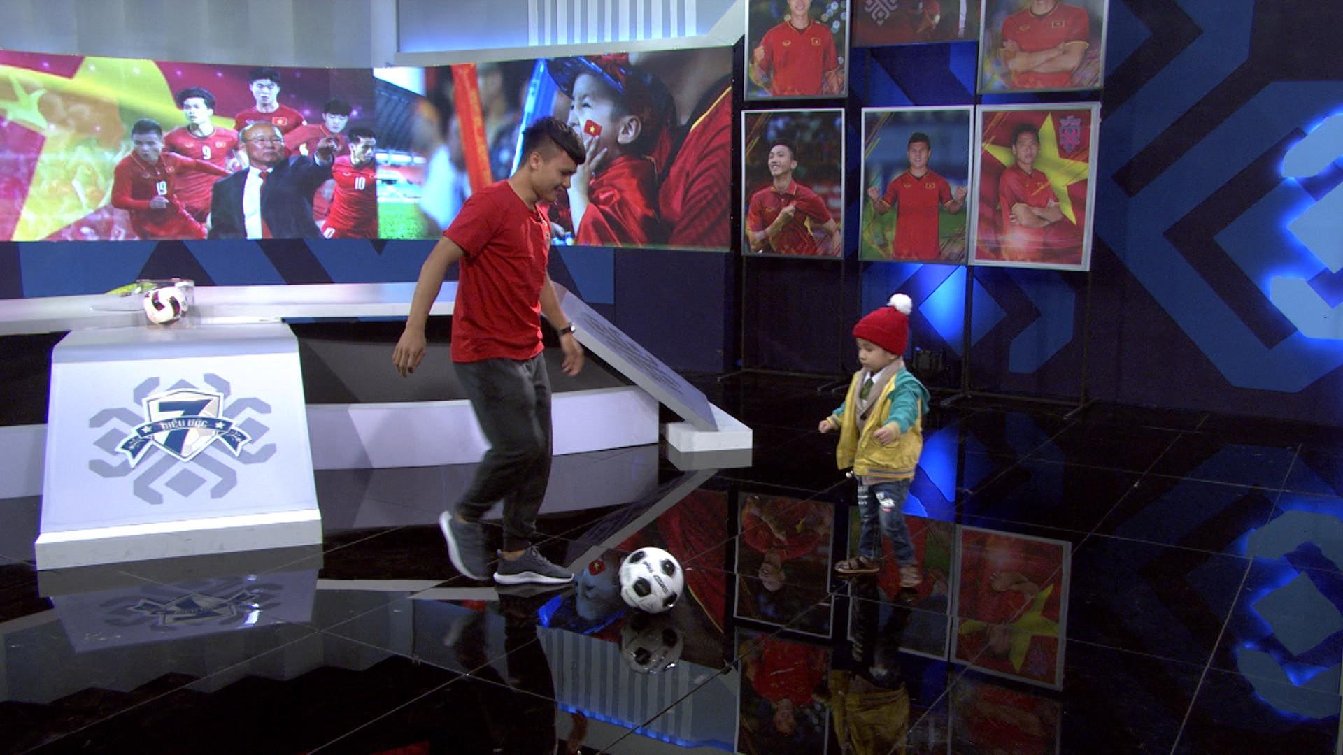 Quang Hải, Đức Chinh bật khóc trong cuộc gặp gỡ xúc động với cậu bé 4 tuổi bị ung thư não trước trận chung kết AFF Cup 2018 - Ảnh 8.