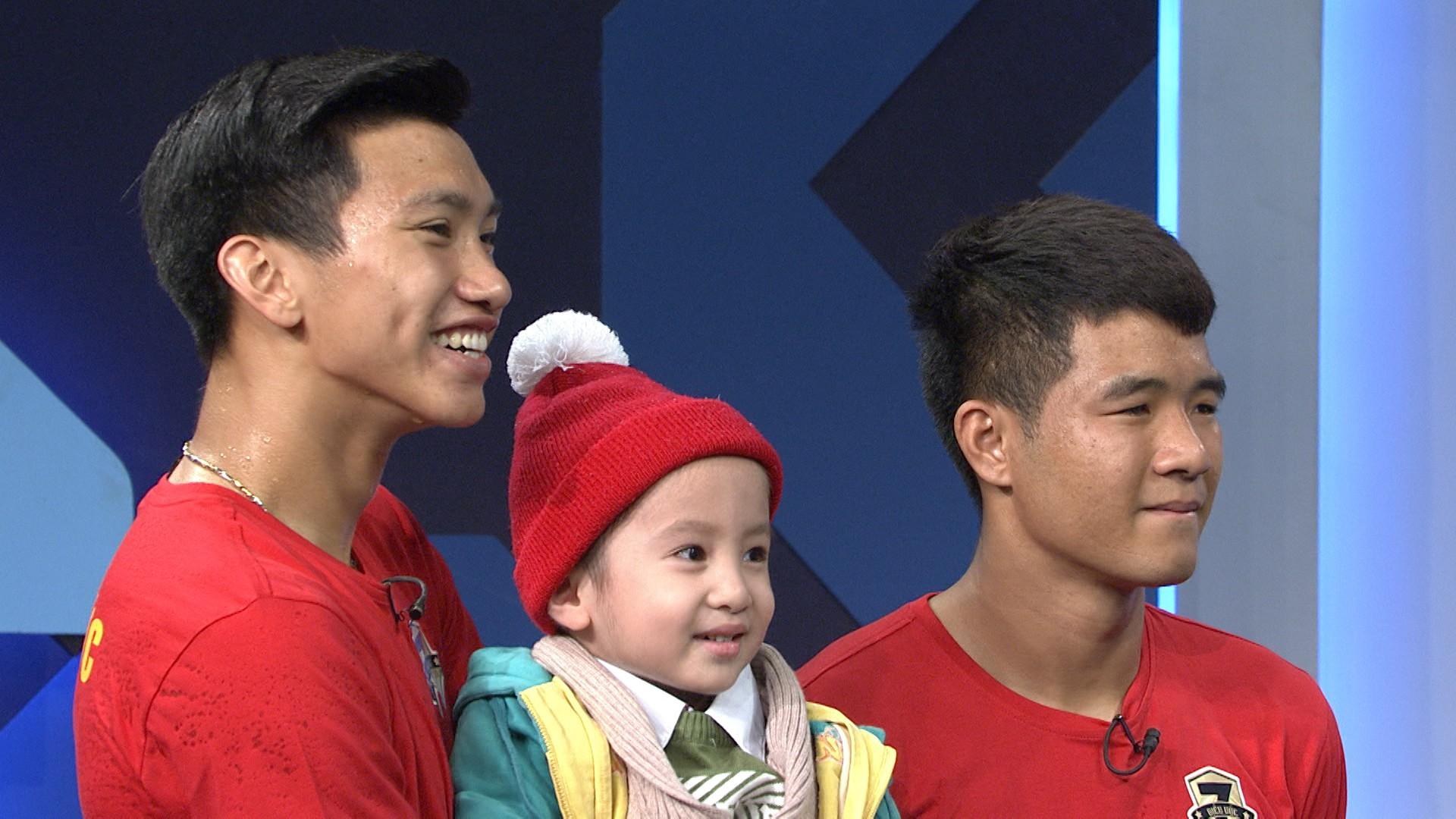 Quang Hải, Đức Chinh bật khóc trong cuộc gặp gỡ xúc động với cậu bé 4 tuổi bị ung thư não trước trận chung kết AFF Cup 2018 - Ảnh 3.