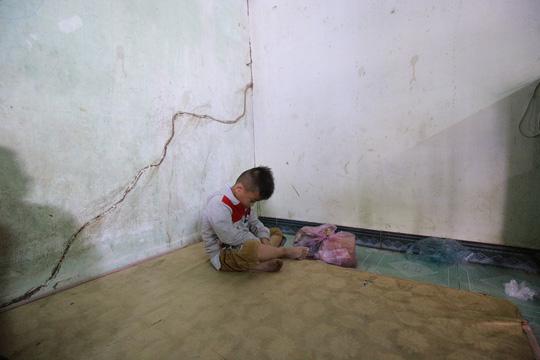 Bé Nhân (4 tuổi) con anh Minh và chị Lạnh ngồi thui thủi một góc trong căn phòng khi biết cha mẹ mình đã ra đi mãi. Ảnh: Người lao động