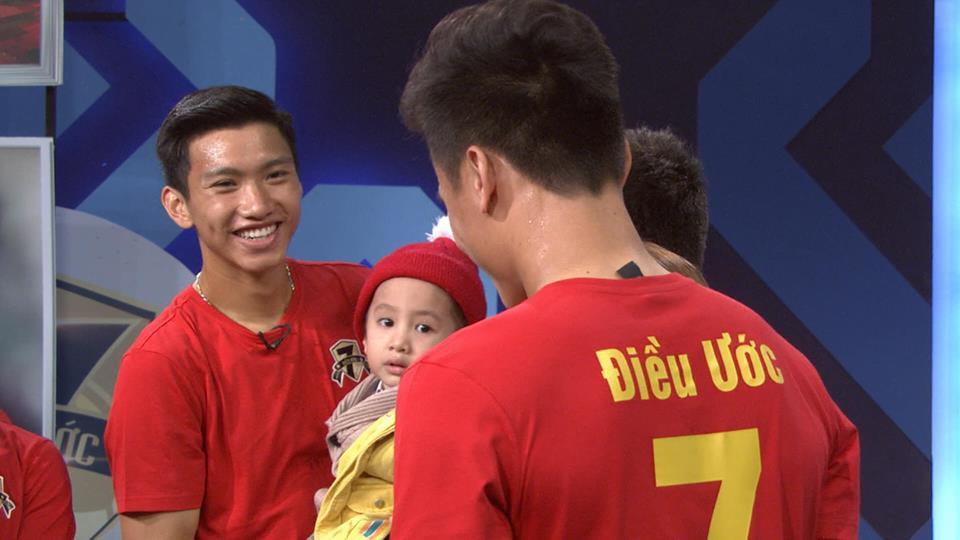 Quang Hải, Đức Chinh bật khóc trong cuộc gặp gỡ xúc động với cậu bé 4 tuổi bị ung thư não trước trận chung kết AFF Cup 2018 - Ảnh 4.
