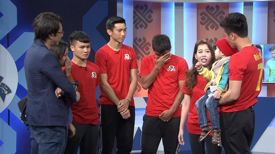 Quang Hải, Đức Chinh bật khóc trong cuộc gặp gỡ xúc động với cậu bé 4 tuổi bị ung thư não trước trận chung kết AFF Cup 2018 - Ảnh 2.