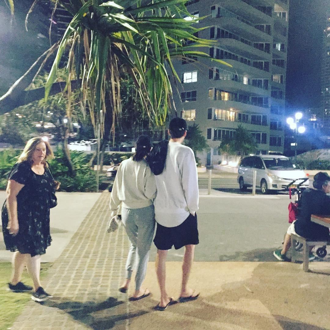 Hình ảnh ấm lòng giữa chảo lửa thị phi: Kim Woo Bin và Shin Min Ah khoác tay tình tứ, hẹn hò bình yên tại Úc - Ảnh 1.