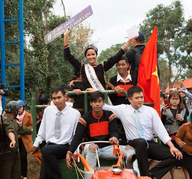 Phản ứng của H'Hen Niê khi buôn làng muốn làm cổng chào và con đường mang tên cô - Ảnh 3.