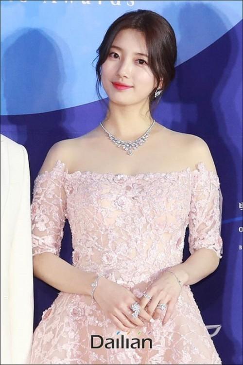 Vẻ đẹp nữ thần của Suzy trên thảm đỏ Baeksang 2019 được ca ngợi hết lời - Ảnh 3