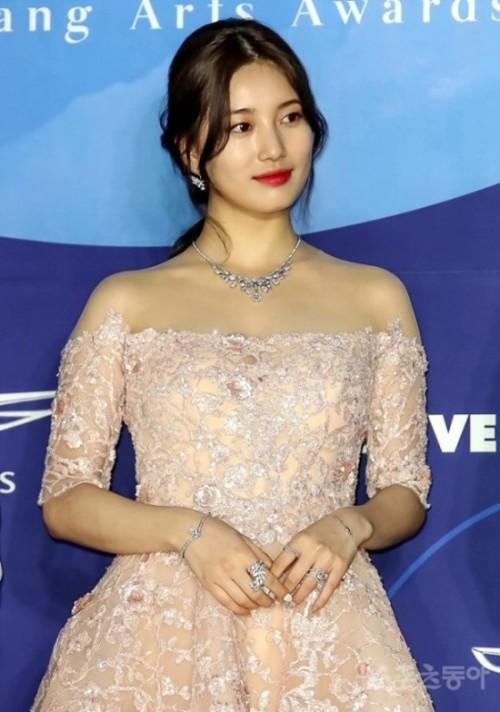 Vẻ đẹp nữ thần của Suzy trên thảm đỏ Baeksang 2019 được ca ngợi hết lời - Ảnh 7
