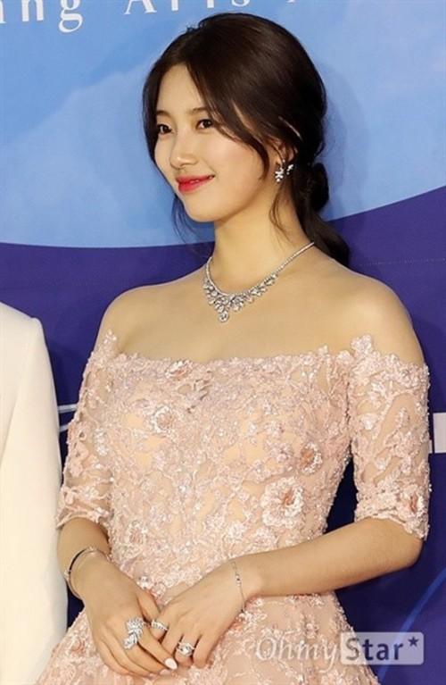 Vẻ đẹp nữ thần của Suzy trên thảm đỏ Baeksang 2019 được ca ngợi hết lời - Ảnh 8