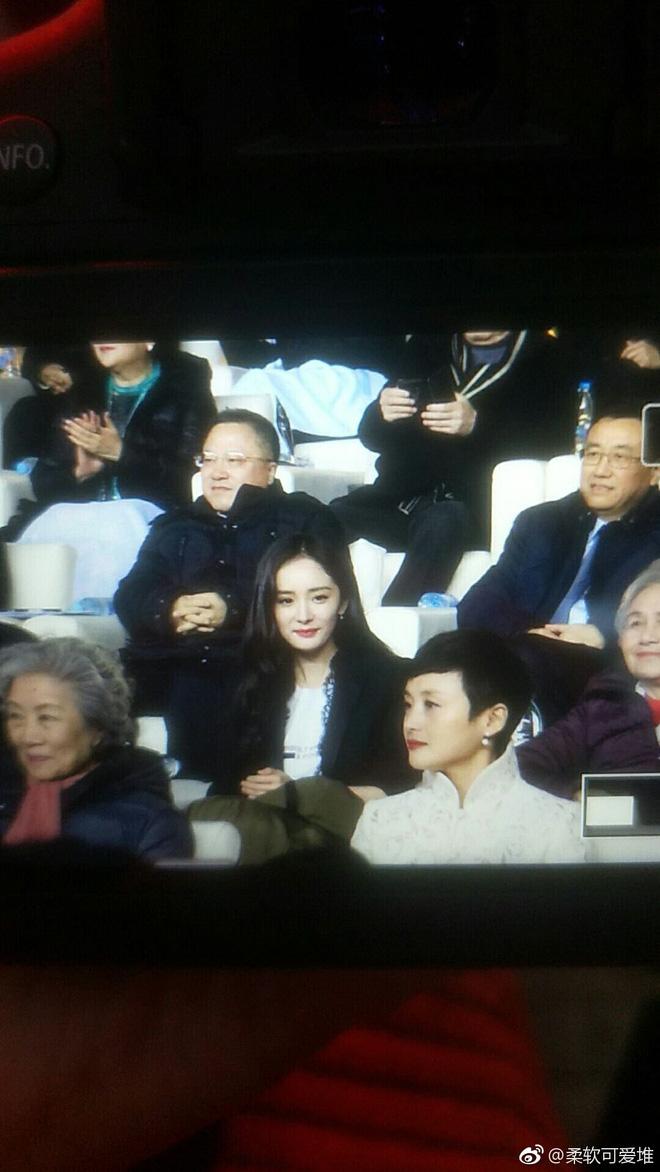 Hình ảnh trái ngược: Trong khi Dương Mịch khí chất ngút ngàn tại sự kiện, Lưu Khải Uy bị bắt gặp lặng lẽ và cô đơn - Ảnh 5.