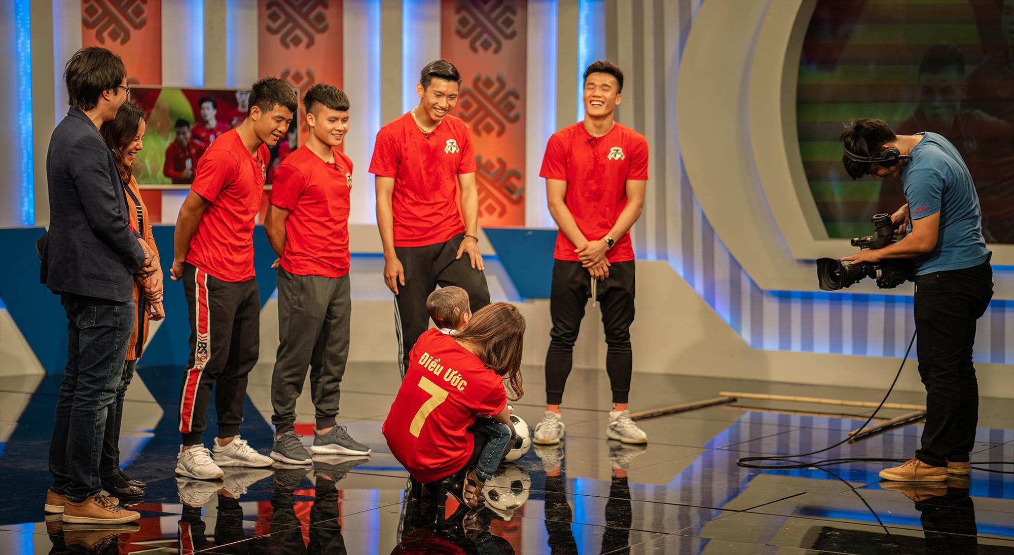 Quang Hải, Đức Chinh bật khóc trong cuộc gặp gỡ xúc động với cậu bé 4 tuổi bị ung thư não trước trận chung kết AFF Cup 2018 - Ảnh 1.