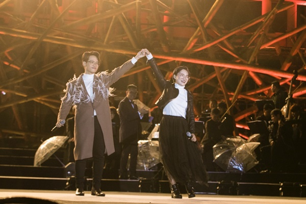 Khán giả xếp hàng, đội ô giữa trời mưa lạnh để được nghe Hà Anh Tuấn kể chuyện tình-10