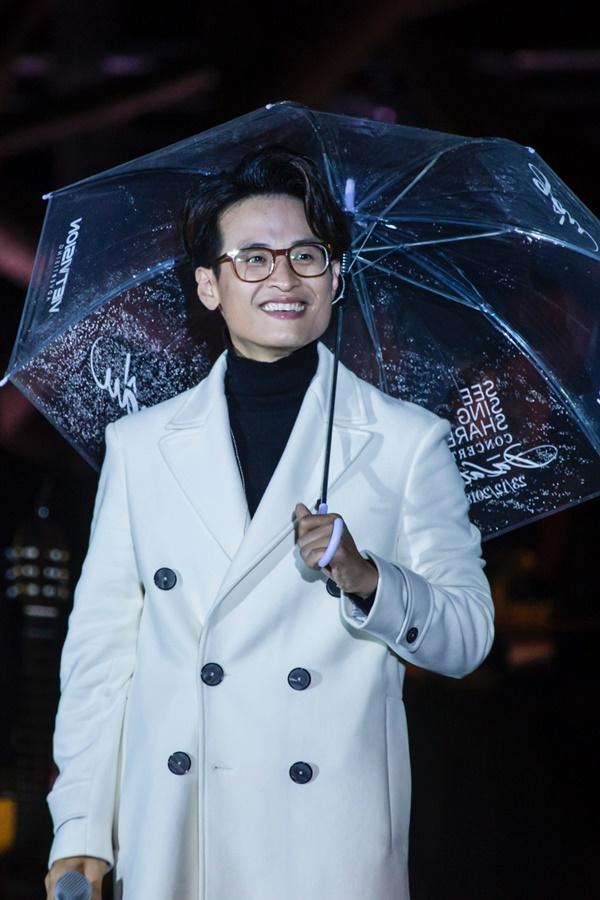 Khán giả xếp hàng, đội ô giữa trời mưa lạnh để được nghe Hà Anh Tuấn kể chuyện tình-14