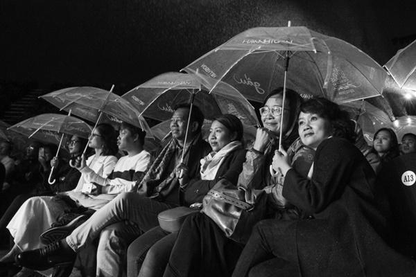 Khán giả xếp hàng, đội ô giữa trời mưa lạnh để được nghe Hà Anh Tuấn kể chuyện tình-4