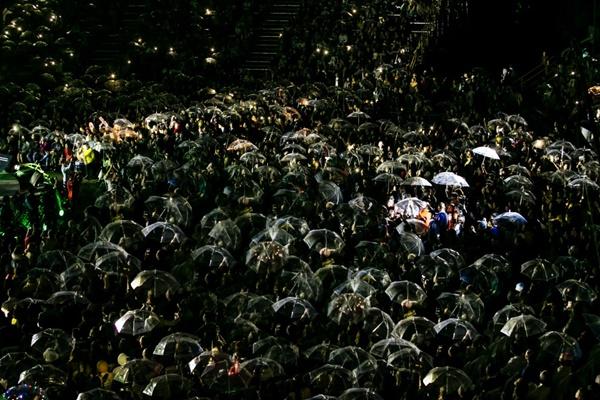 Khán giả xếp hàng, đội ô giữa trời mưa lạnh để được nghe Hà Anh Tuấn kể chuyện tình-3