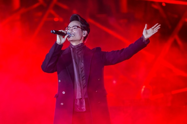 Khán giả xếp hàng, đội ô giữa trời mưa lạnh để được nghe Hà Anh Tuấn kể chuyện tình-6