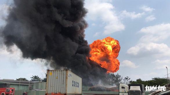 Cháy nổ lớn ở xưởng ve chai tại quận Thủ Đức, TP.HCM - Ảnh 2.