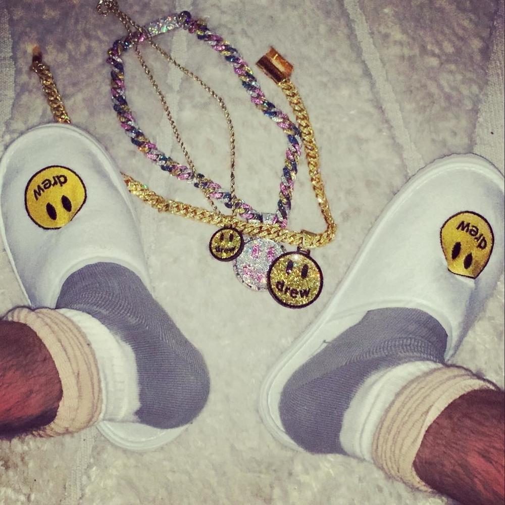 Cận cảnh chiếc dép khá thú vị - sản phẩm thời trang đầu tiên của Justin Bieber, đánh dấu sự ra mắt thương hiệu thời trang riêng của mình.