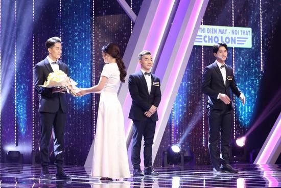 Được sự cổ vũ của dàn cố vấn, Thùy Linh đã quyết định trao bó hoa quyết định cho anh chàng Huy Phong.