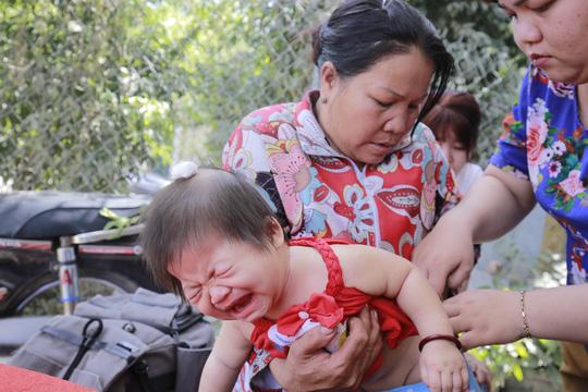 Bé Hà (2 tuổi) cất tiếng khóc xe lòng ...Ảnh: Người lao động