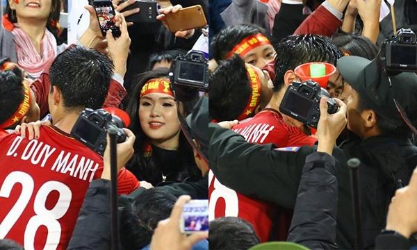 Hai người ôm chặt nhau trong vòng tay của người hâm mộ