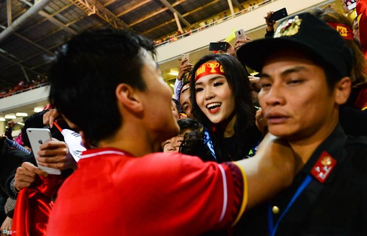Duy Mạnh chạy về phía Quỳnh Anh và trao cô chiếc huy chương của mình