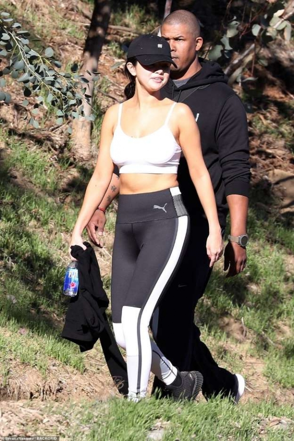 Selena Gomez lộ mặt béo tròn và bụng to ra vì tăng cân