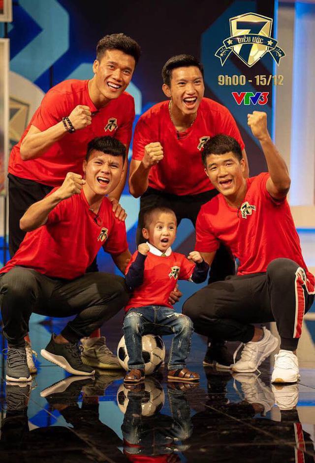 Bức ảnh đầy kỷ niệm của Tom với 4 cầu thủ đội tuyển Việt Nam trong chương trình Điều ước thứ 7.