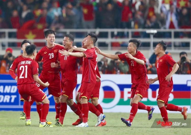 Anh Đức ăn mừng bàn thắng mở tỷ số vào lưới Malaysia.