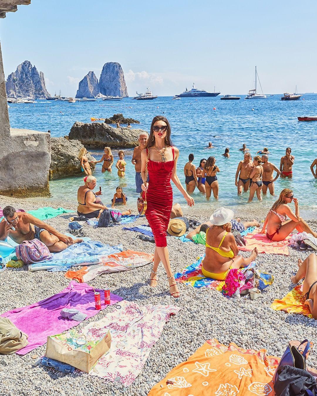 """Dolce & Gabbana tiếp tục """"ăn gạch"""" vì bộ ảnh mới bị cho là phân biệt giàu nghèo, body shaming và để lọt cả đồ Louis Vuitton - Ảnh 5."""
