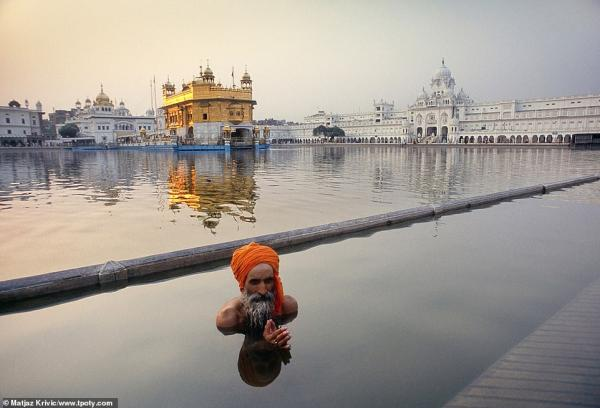 7377426 6491533 a sikh pilgrim performs his washing ritual in the lake in amrits a 7 1544860826865