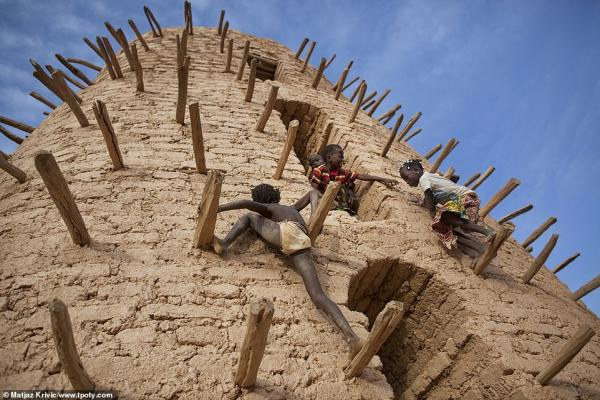 7377436 6491533 children play on the main minaret of the grand mosque in bani du a 66 1544703149038