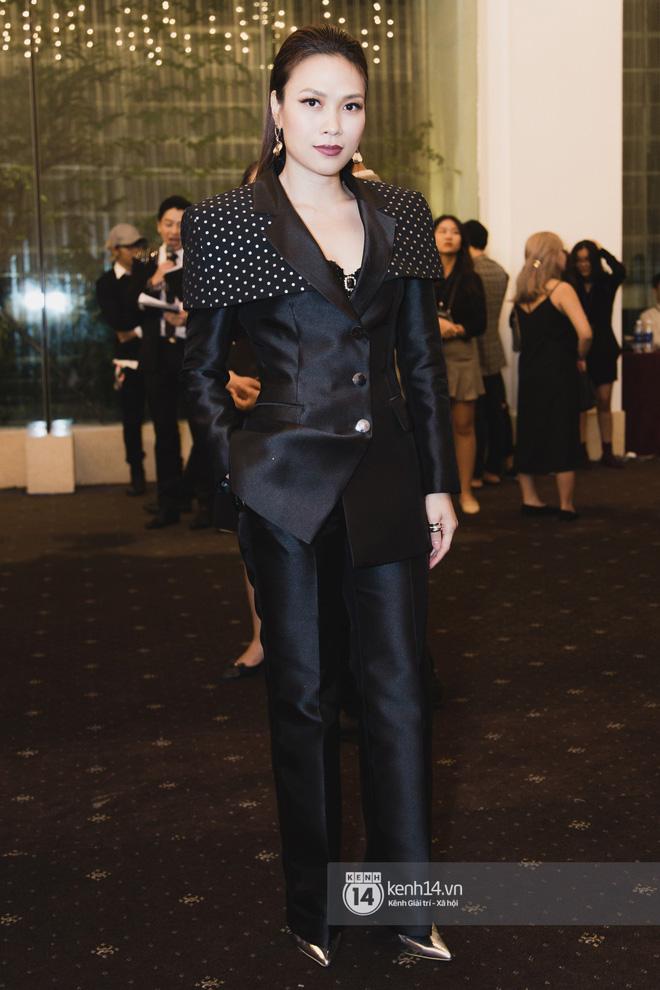 Hiếm hoi lắm mới thấy Mỹ Tâm lên đồ gắt thế này, Jolie Nguyễn phô trương với váy xẻ cao hết cả phần thiên hạ - Ảnh 1.