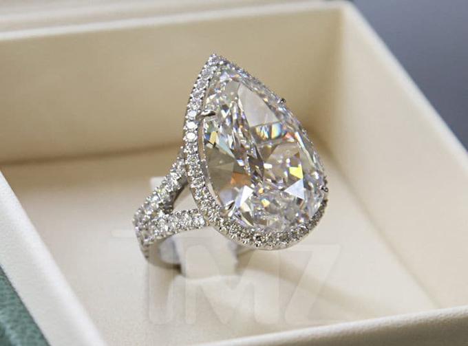 Món nữ trang gây tranh cãi này là một trong những chiếc nhẫn cầu hôn đắt nhất thế giới. Thợ kim hoàn Michael Greene đã mất 4 tháng để cắt được viên kim cương hình trái lê nặng 20 carat.