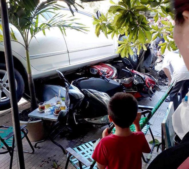 TP.HCM: Ô tô lao sang đường cuốn hàng loạt xe máy, nữ tài xế bình tĩnh xuống xe bỏ vào trong nhà không nói tiếng nào - Ảnh 1.