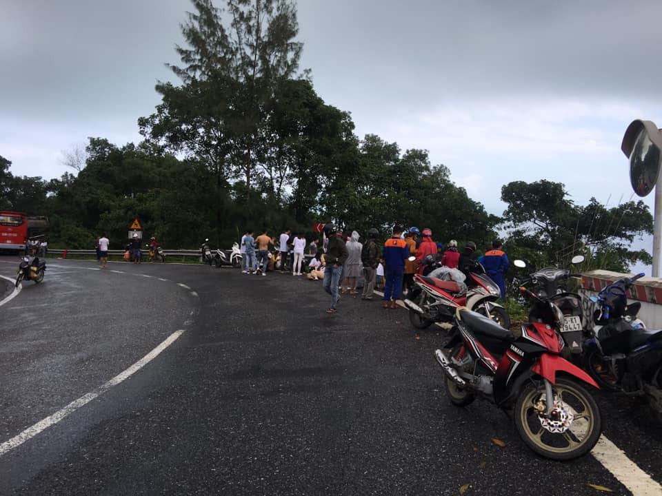 Nóng: Xe khách chở hơn 20 sinh viên và thầy cô lao xuống đèo Hải Vân - Ảnh 2.