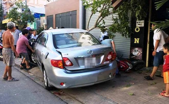 TP.HCM: Ô tô lao sang đường cuốn hàng loạt xe máy, nữ tài xế bình tĩnh xuống xe bỏ vào trong nhà không nói tiếng nào - Ảnh 2.