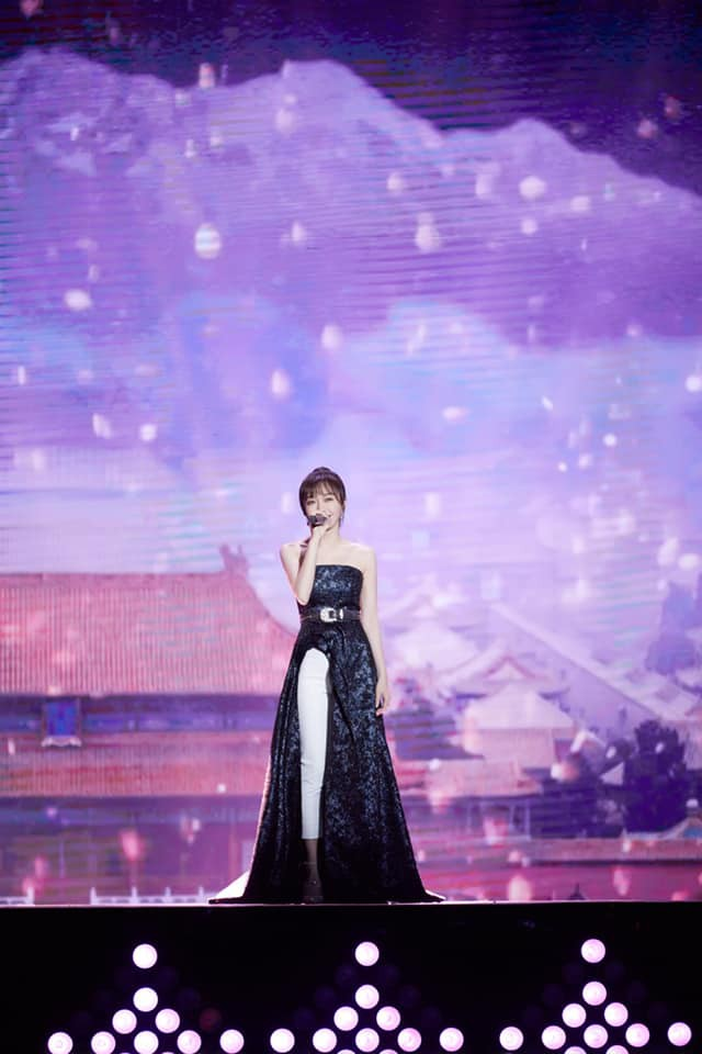 """Diện váy xẻ sâu cùng quần dài, """"nữ hoàng bảo thủ"""" Tần Lam lại khiến netizen bấn loạn: người khen kẻ chê - Ảnh 4."""