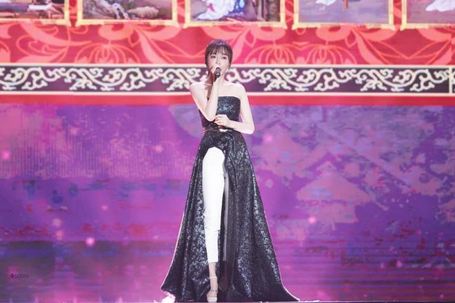 """Diện váy xẻ sâu cùng quần dài, """"nữ hoàng bảo thủ"""" Tần Lam lại khiến netizen bấn loạn: người khen kẻ chê - Ảnh 3."""