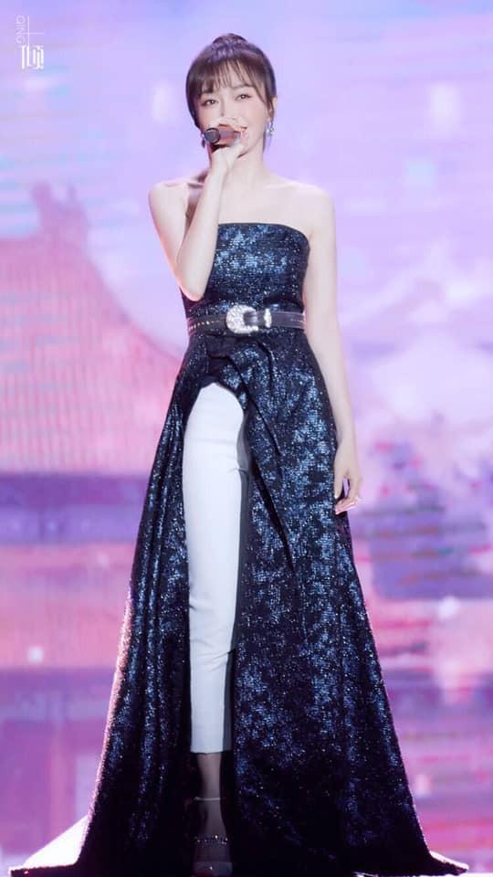 """Diện váy xẻ sâu cùng quần dài, """"nữ hoàng bảo thủ"""" Tần Lam lại khiến netizen bấn loạn: người khen kẻ chê - Ảnh 1."""