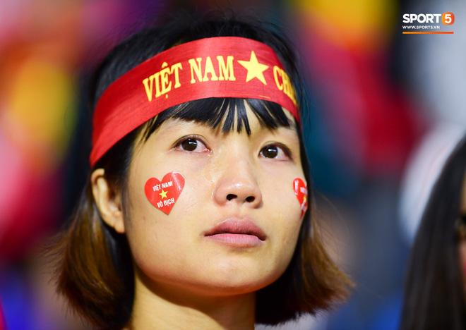 CĐV Việt Nam ở UAE bật khóc, chứng kiến các tuyển thủ đi không vững sau trận đấu với Nhật Bản - Ảnh 6.