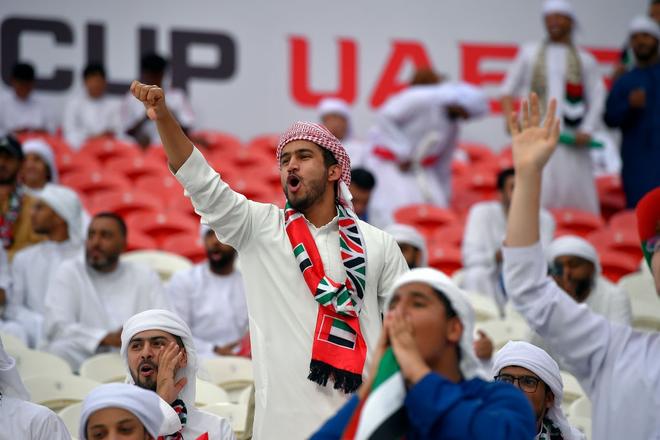 Làm loạn trên khán đài, nhiều CĐV chủ nhà UAE bị cảnh sát đuổi ra ngoài sân - Ảnh 9.