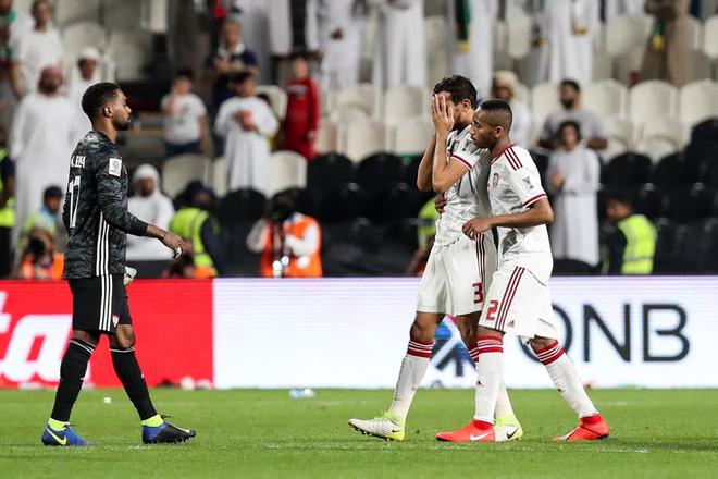 Dùng đủ mọi cách nhưng vẫn thảm bại trước Qatar, các cầu thủ UAE đổ gục, bật khóc nức nở - Ảnh 1.