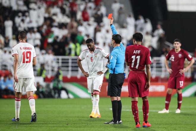 Cầu thủ UAE thúc cùi chỏ thô bạo vào mặt đồng nghiệp Qatar và bị trừng phạt thích đáng bởi VAR - Ảnh 4.