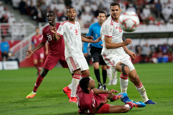 Cầu thủ UAE thúc cùi chỏ thô bạo vào mặt đồng nghiệp Qatar và bị trừng phạt thích đáng bởi VAR - Ảnh 2.