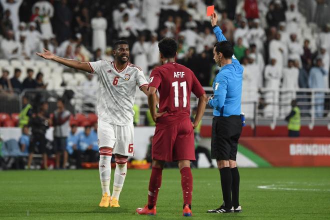 Cầu thủ UAE thúc cùi chỏ thô bạo vào mặt đồng nghiệp Qatar và bị trừng phạt thích đáng bởi VAR - Ảnh 3.