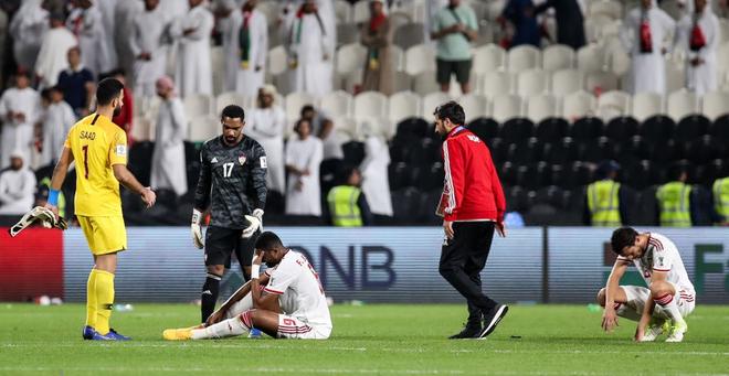 Dùng đủ mọi cách nhưng vẫn thảm bại trước Qatar, các cầu thủ UAE đổ gục, bật khóc nức nở - Ảnh 4.