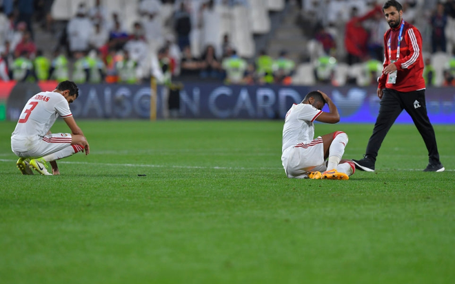 Dùng đủ mọi cách nhưng vẫn thảm bại trước Qatar, các cầu thủ UAE đổ gục, bật khóc nức nở - Ảnh 5.