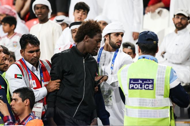 Làm loạn trên khán đài, nhiều CĐV chủ nhà UAE bị cảnh sát đuổi ra ngoài sân - Ảnh 3.