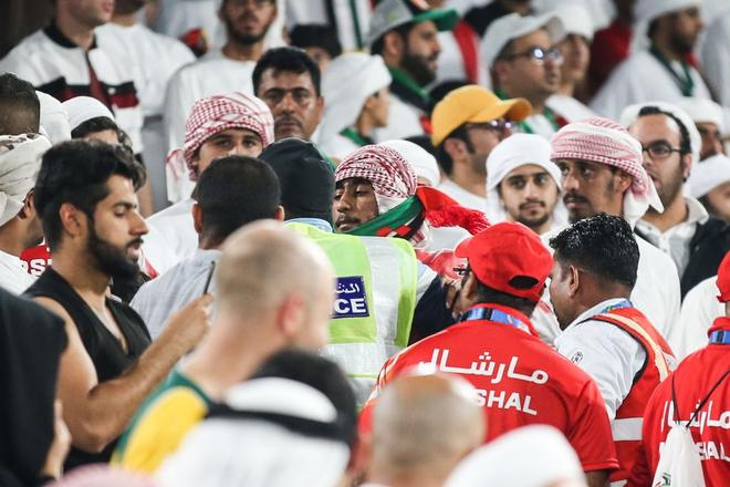 Làm loạn trên khán đài, nhiều CĐV chủ nhà UAE bị cảnh sát đuổi ra ngoài sân - Ảnh 2.