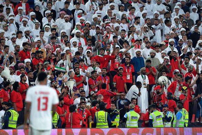 Làm loạn trên khán đài, nhiều CĐV chủ nhà UAE bị cảnh sát đuổi ra ngoài sân - Ảnh 4.